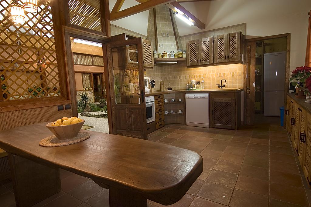 Casas de madera palos en danza for Divisiones para sala y cocina